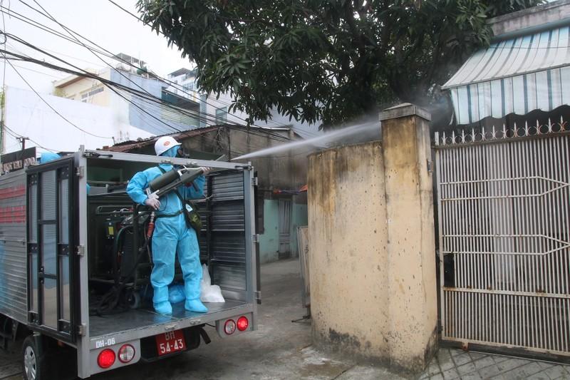 Đoàn xe quân đội phun thuốc khử trùng tại quận Sơn Trà - ảnh 9