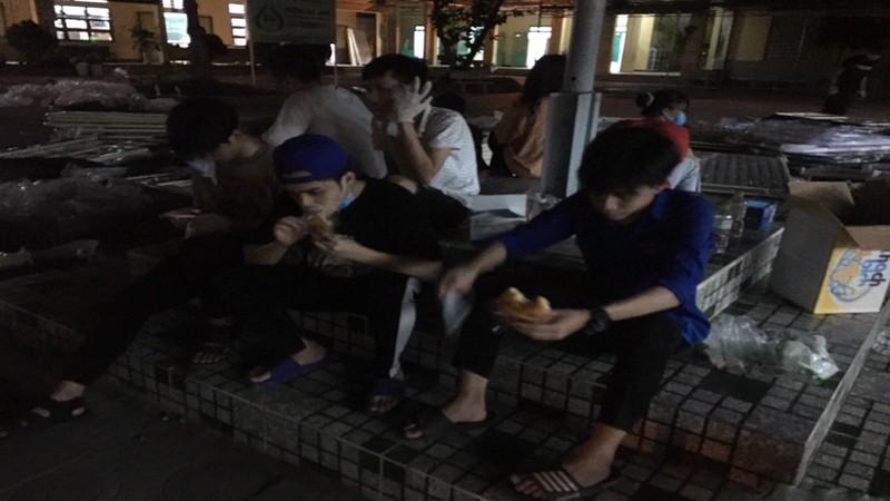 Đà Nẵng: Trắng đêm xây dựng khu cách ly tại trường học - ảnh 4
