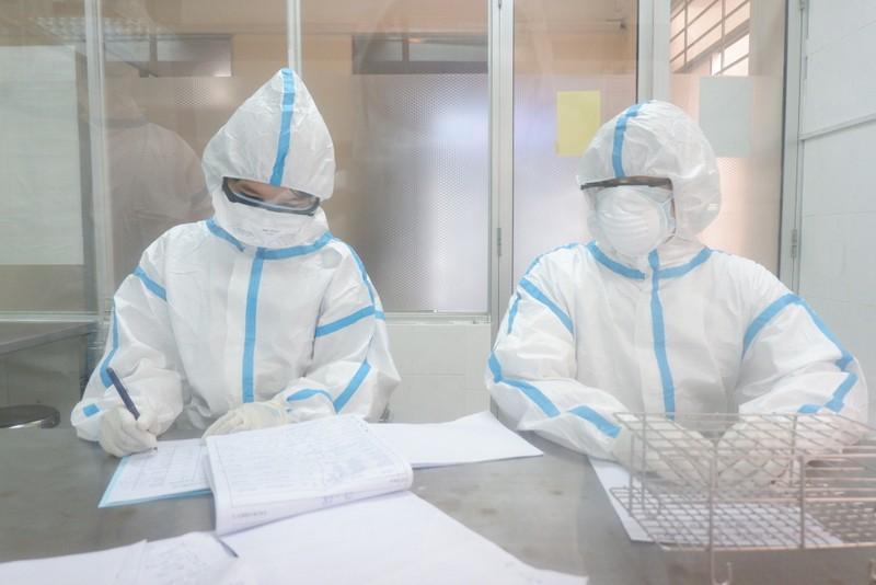 Bên trong trung tâm xét nghiệm COVID-19 lớn nhất Đà Nẵng - ảnh 6