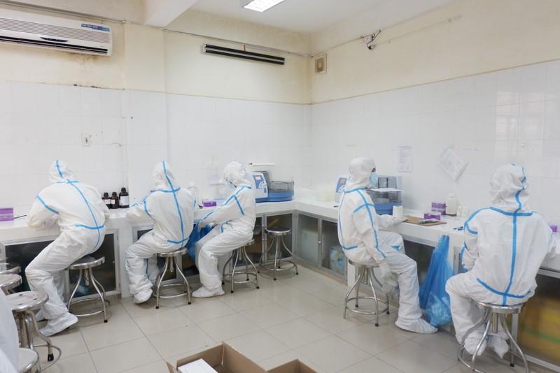 Bên trong trung tâm xét nghiệm COVID-19 lớn nhất Đà Nẵng - ảnh 9