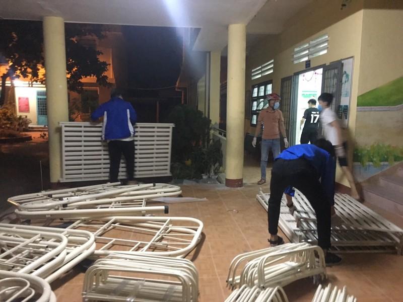 Đà Nẵng: Trắng đêm xây dựng khu cách ly tại trường học - ảnh 2