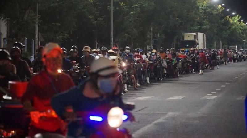 Ngư dân Đà Nẵng xếp hàng 'xuyên đêm' chờ lấy mẫu xét nghiệm - ảnh 1