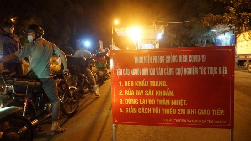 Ngư dân Đà Nẵng xếp hàng 'xuyên đêm' chờ lấy mẫu xét nghiệm - ảnh 2