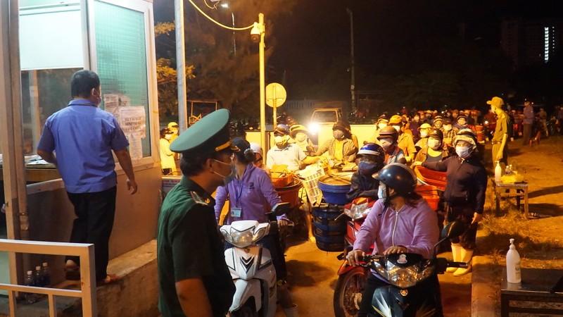 Ngư dân Đà Nẵng xếp hàng 'xuyên đêm' chờ lấy mẫu xét nghiệm - ảnh 3