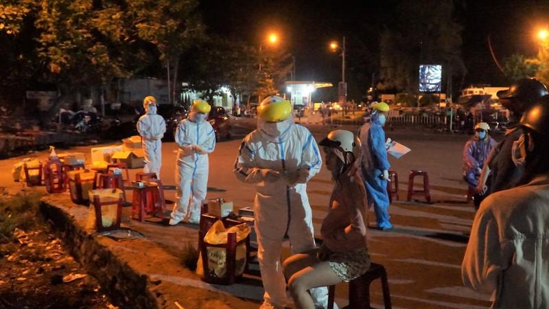 Ngư dân Đà Nẵng xếp hàng 'xuyên đêm' chờ lấy mẫu xét nghiệm - ảnh 4