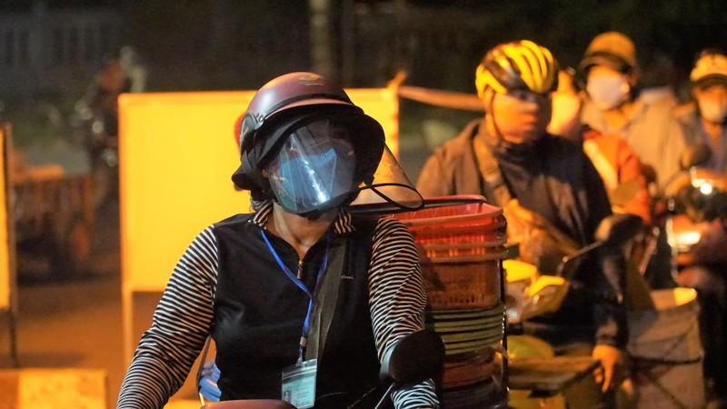 Ngư dân Đà Nẵng xếp hàng 'xuyên đêm' chờ lấy mẫu xét nghiệm - ảnh 8