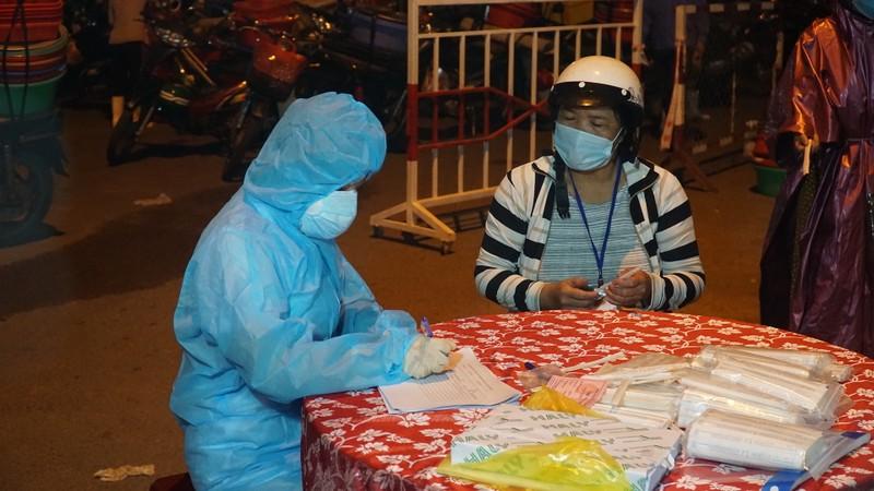 Ngư dân Đà Nẵng xếp hàng 'xuyên đêm' chờ lấy mẫu xét nghiệm - ảnh 9