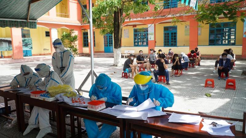 Người nước ngoài ở Đà Nẵng hạnh phúc đi lấy mẫu xét nghiệm - ảnh 1