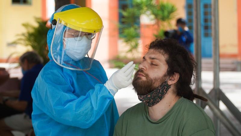 Người nước ngoài ở Đà Nẵng hạnh phúc đi lấy mẫu xét nghiệm - ảnh 3
