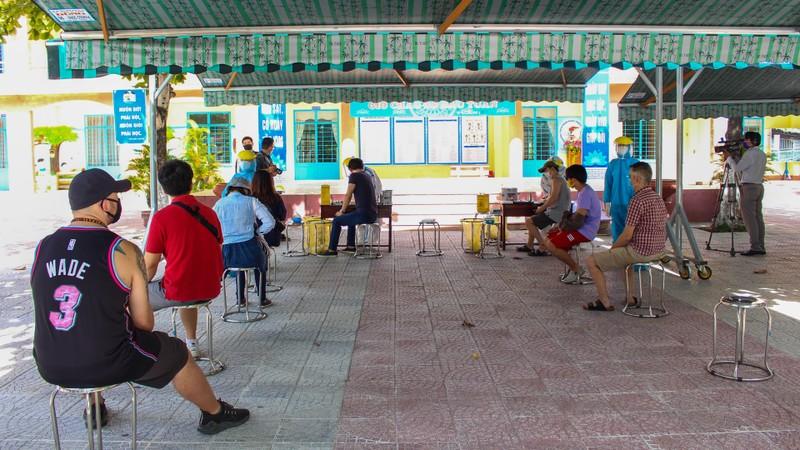 Người nước ngoài ở Đà Nẵng hạnh phúc đi lấy mẫu xét nghiệm - ảnh 6