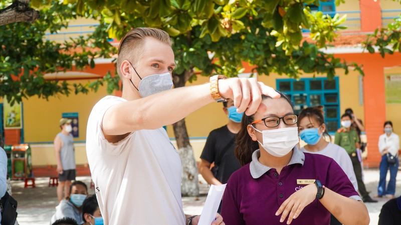 Người nước ngoài ở Đà Nẵng hạnh phúc đi lấy mẫu xét nghiệm - ảnh 8