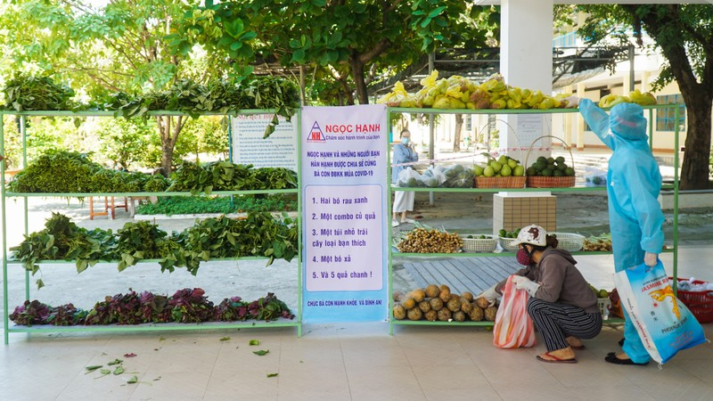 Chợ miễn phí và ATM khẩu trang cho người bán vé số, dân nghèo - ảnh 2