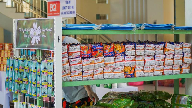 Chợ miễn phí và ATM khẩu trang cho người bán vé số, dân nghèo - ảnh 3
