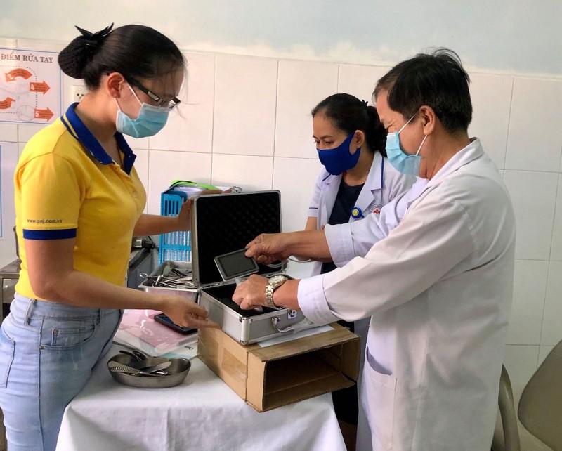 PNJ tặng thiết bị y tế cho các bệnh viện Quảng Nam, Quảng Trị - ảnh 2