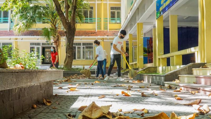 Đà Nẵng: Thầy cô quét sân, dọn phòng đón học sinh quay lại lớp - ảnh 1