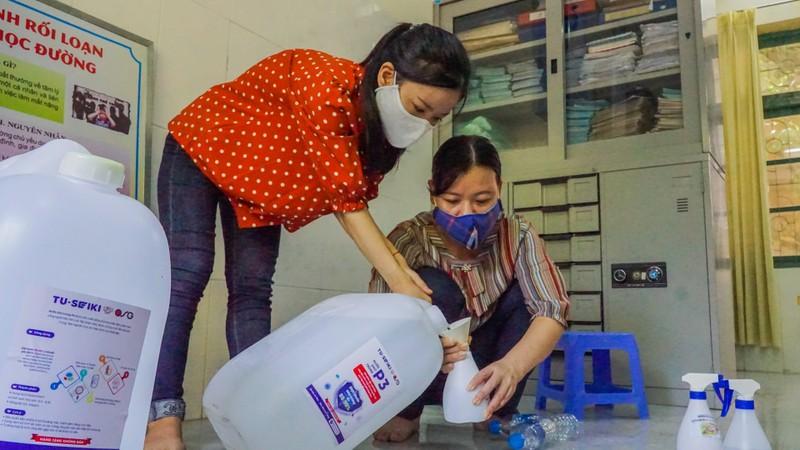 Đà Nẵng: Thầy cô quét sân, dọn phòng đón học sinh quay lại lớp - ảnh 5