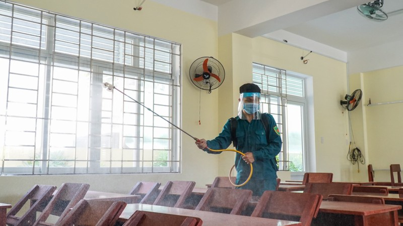 Đà Nẵng: Thầy cô quét sân, dọn phòng đón học sinh quay lại lớp - ảnh 8