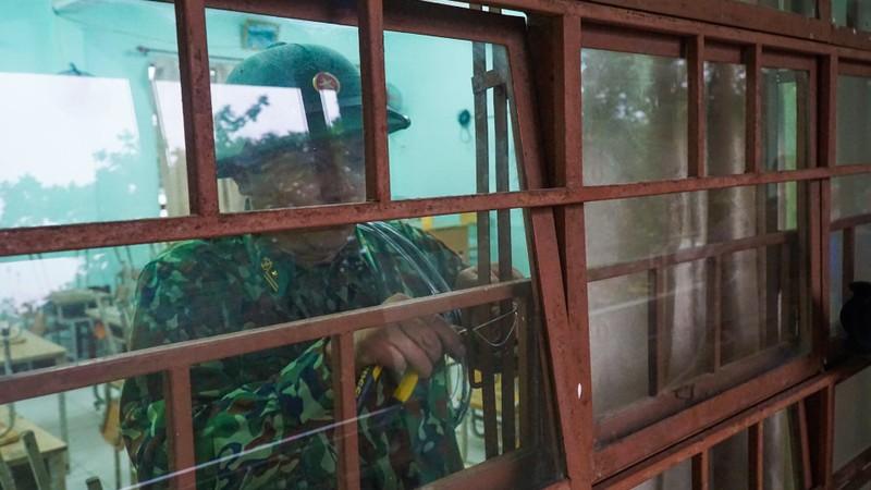 Bộ đội dầm mưa giúp dân chống bão số 5  - ảnh 2
