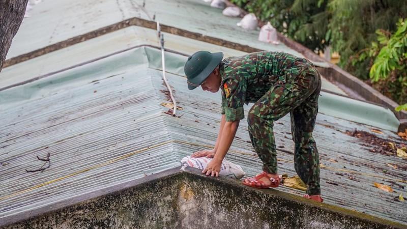 Bộ đội dầm mưa giúp dân chống bão số 5  - ảnh 1