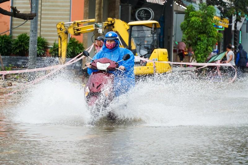 Mưa lớn, nhiều tuyến đường ở Đà Nẵng ngập cục bộ - ảnh 1