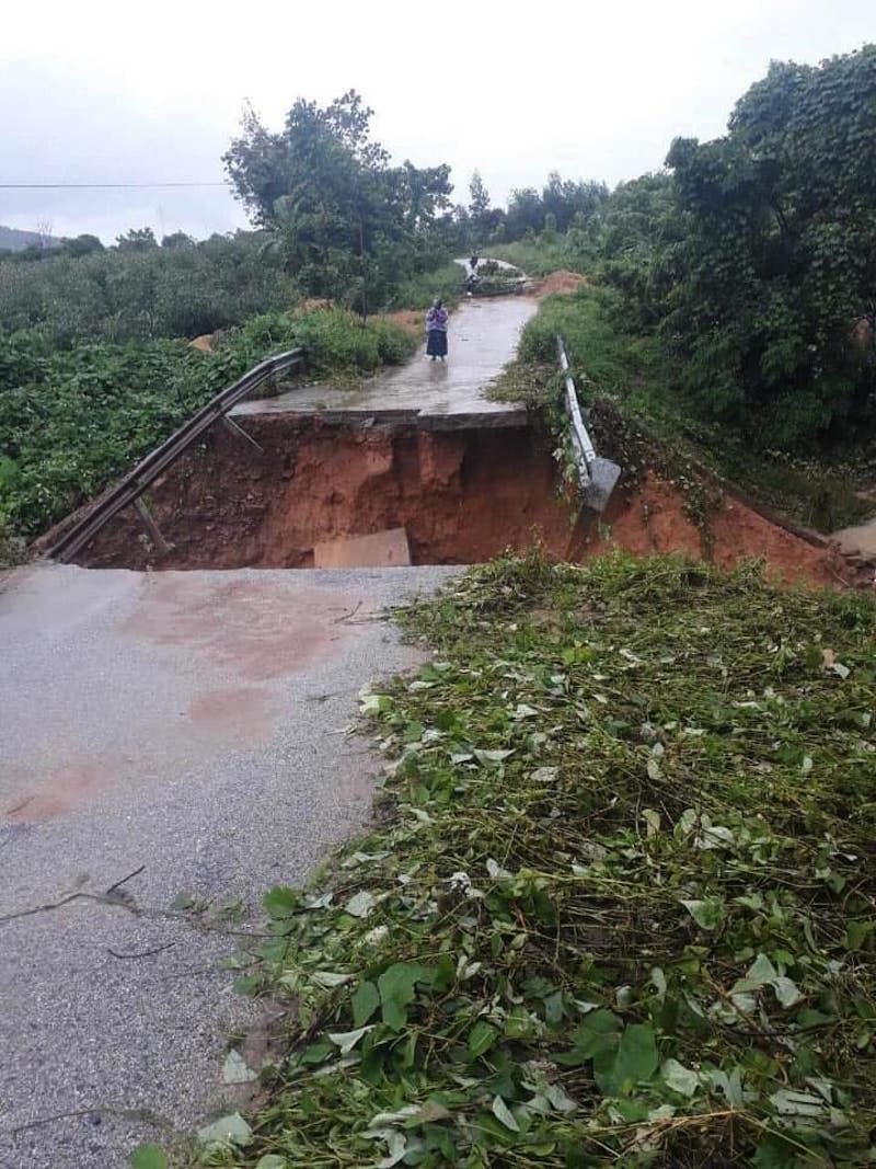 Quảng Trị: Lực lượng cứu hộ trổ mái nhà giải cứu dân bị lũ vây - ảnh 6
