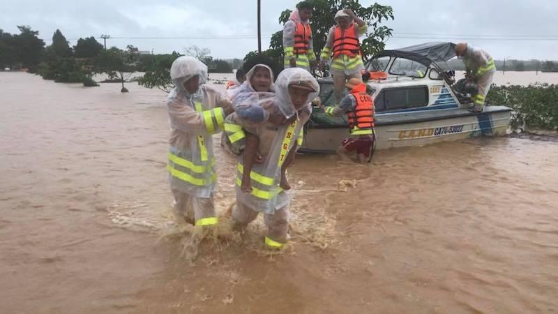 Quảng Trị: Lực lượng cứu hộ trổ mái nhà giải cứu dân bị lũ vây - ảnh 2