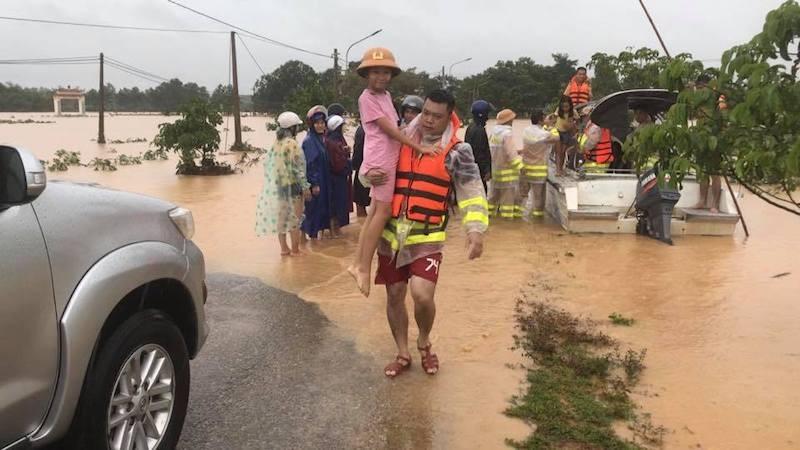 Quảng Trị: Lực lượng cứu hộ trổ mái nhà giải cứu dân bị lũ vây - ảnh 3
