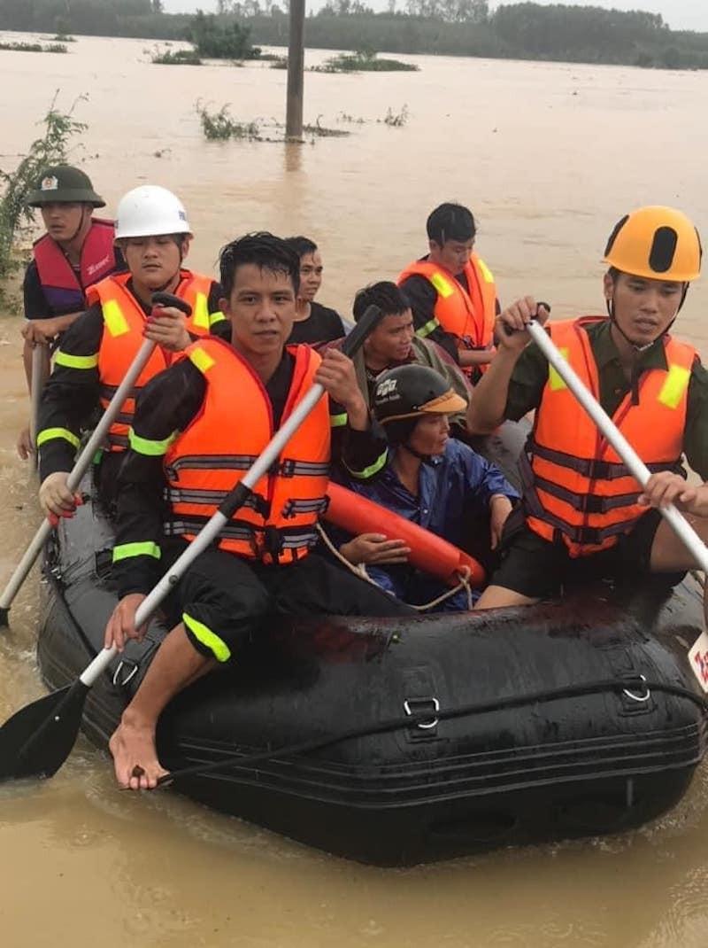 Quảng Trị: Lực lượng cứu hộ trổ mái nhà giải cứu dân bị lũ vây - ảnh 4