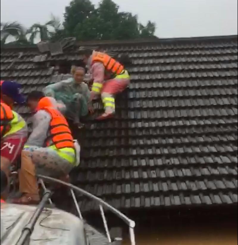 Quảng Trị: Lực lượng cứu hộ trổ mái nhà giải cứu dân bị lũ vây - ảnh 1