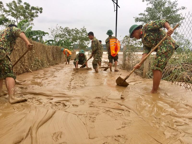 Quân đội giúp dân dọn sạch bùn đất vùng lũ - ảnh 6