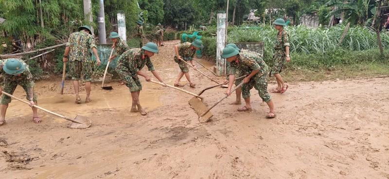 Quân đội giúp dân dọn sạch bùn đất vùng lũ - ảnh 7