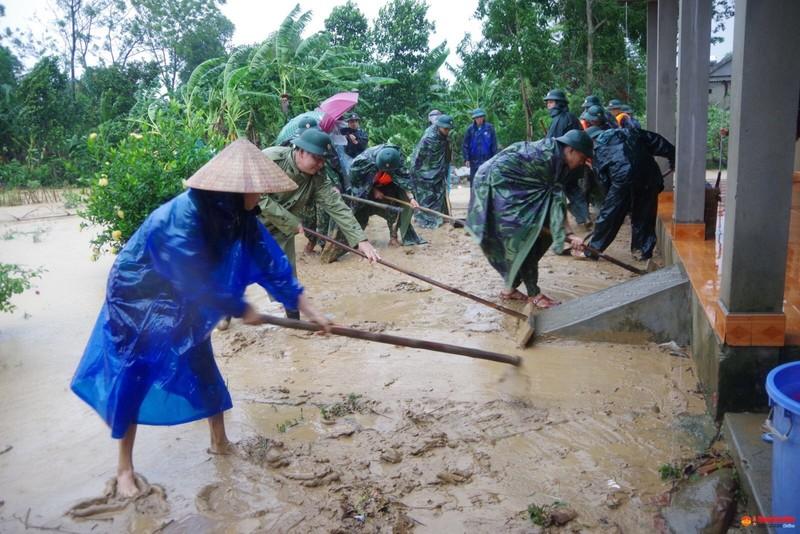 Quân đội giúp dân dọn sạch bùn đất vùng lũ - ảnh 8