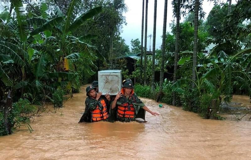 Quân đội giúp dân dọn sạch bùn đất vùng lũ - ảnh 11