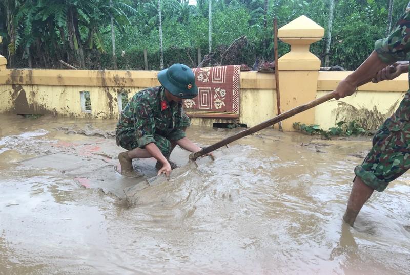 Quân đội giúp dân dọn sạch bùn đất vùng lũ - ảnh 1