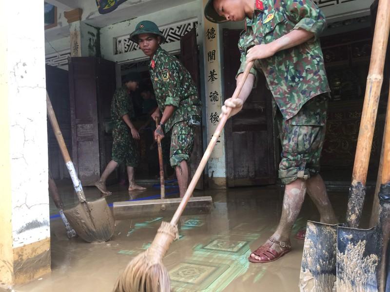 Quân đội giúp dân dọn sạch bùn đất vùng lũ - ảnh 2