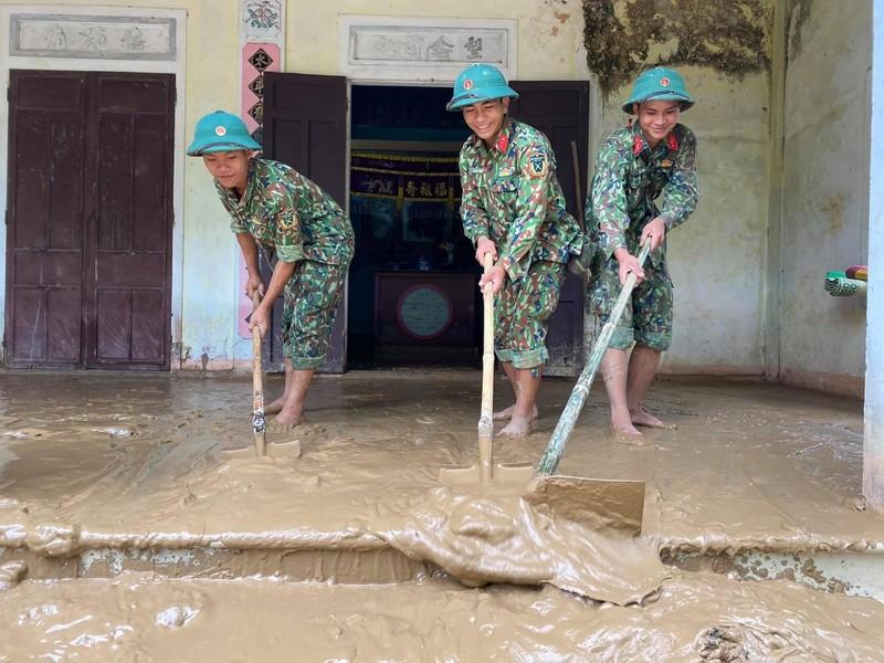 Quân đội giúp dân dọn sạch bùn đất vùng lũ - ảnh 3