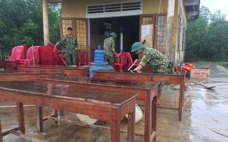 Quân đội giúp dân dọn sạch bùn đất vùng lũ - ảnh 9