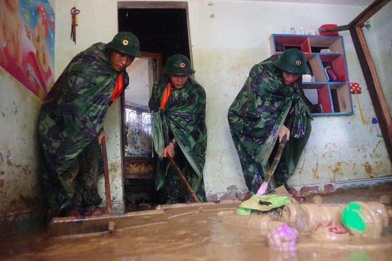 Quân đội giúp dân dọn sạch bùn đất vùng lũ - ảnh 4