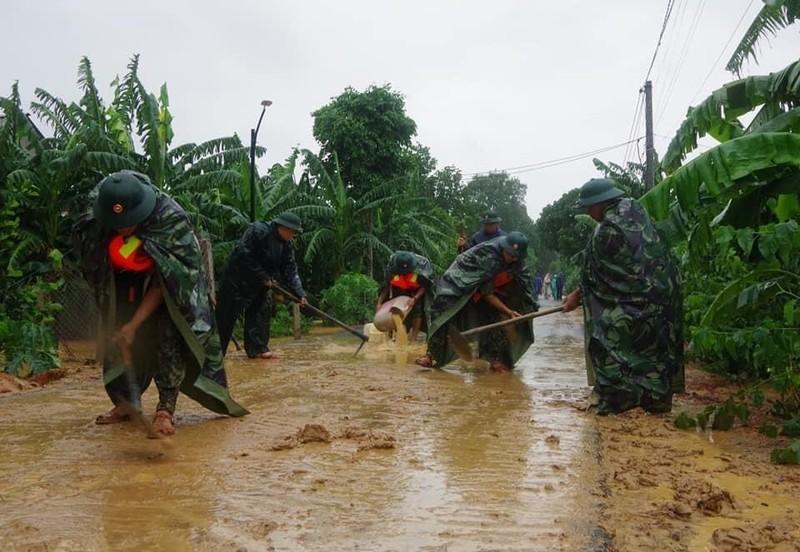 Quân đội giúp dân dọn sạch bùn đất vùng lũ - ảnh 5