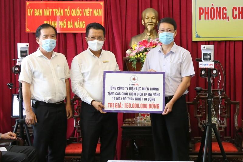 EVNCPC tiếp tục ủng hộ 470 triệu đồng, tặng máy đo thân nhiệt để chống dịch - ảnh 1