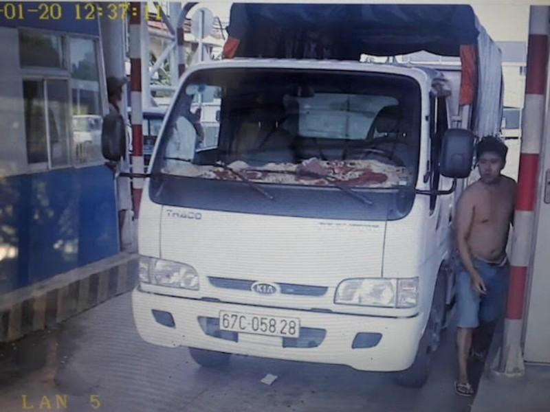 Điều tra tài xế giật điện thoại nhân viên thu phí BOT - ảnh 1