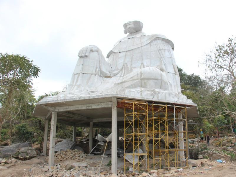 Đang tháo dỡ tượng Bà Chúa Xứ xây trái phép ở Núi Sam - ảnh 1