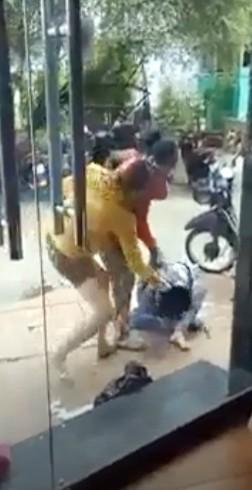 Xác minh clip cô gái bị 2 phụ nữ đánh đập  - ảnh 1
