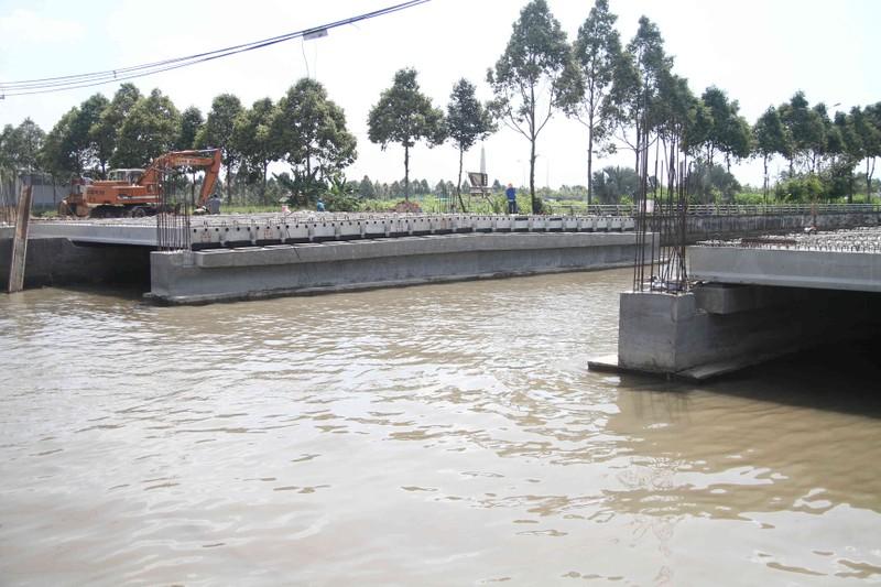 Hậu Giang đối thoại vụ xây cầu làm nghẽn đường thủy - ảnh 1