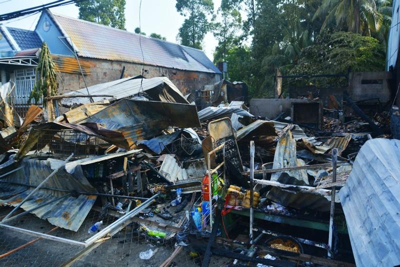 3 căn nhà cháy rụi trong đêm - ảnh 1