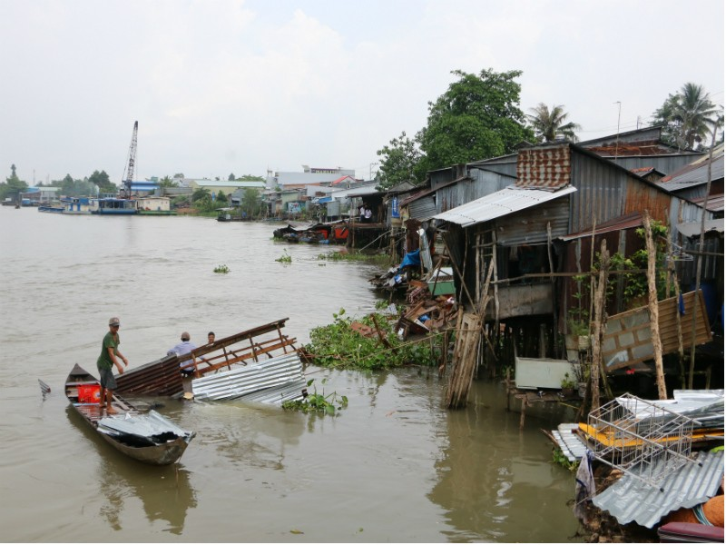 Sà lan tông nhà dân trong đêm, 3 trẻ nhỏ rơi xuống sông - ảnh 1