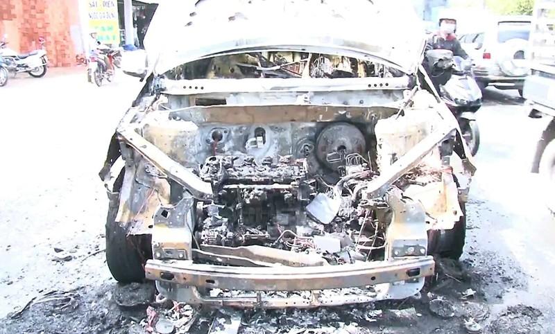 Cha ôm con trai 8 tuổi chạy khỏi xe đang bốc cháy - ảnh 2