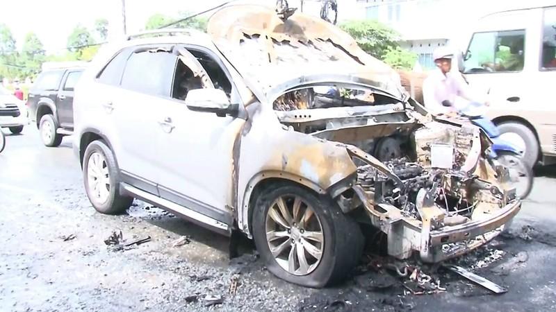 Cha ôm con trai 8 tuổi chạy khỏi xe đang bốc cháy - ảnh 1