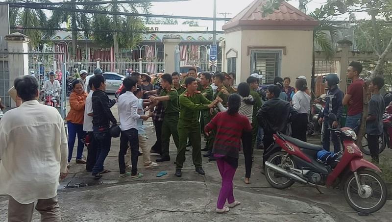 Gia đình bị cáo, bị hại đánh nhau náo loạn tại sân tòa  - ảnh 4