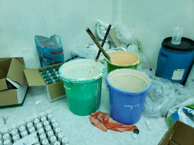 Phẩm màu trộn với hàng rẻ ra thuốc bảo vệ thực vật nổi tiếng - ảnh 2